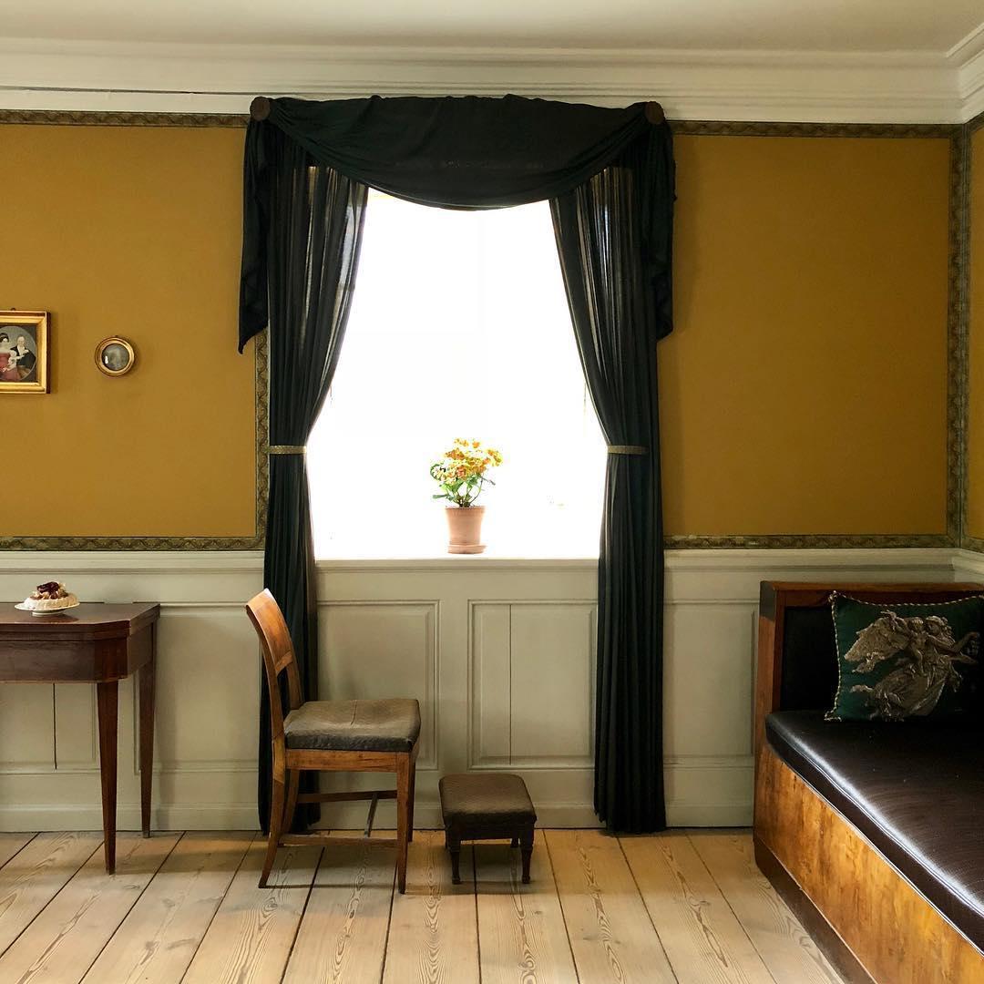 Комната с интерьером в желтых тонах