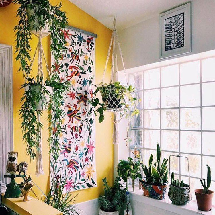 Желтая стена в комнате