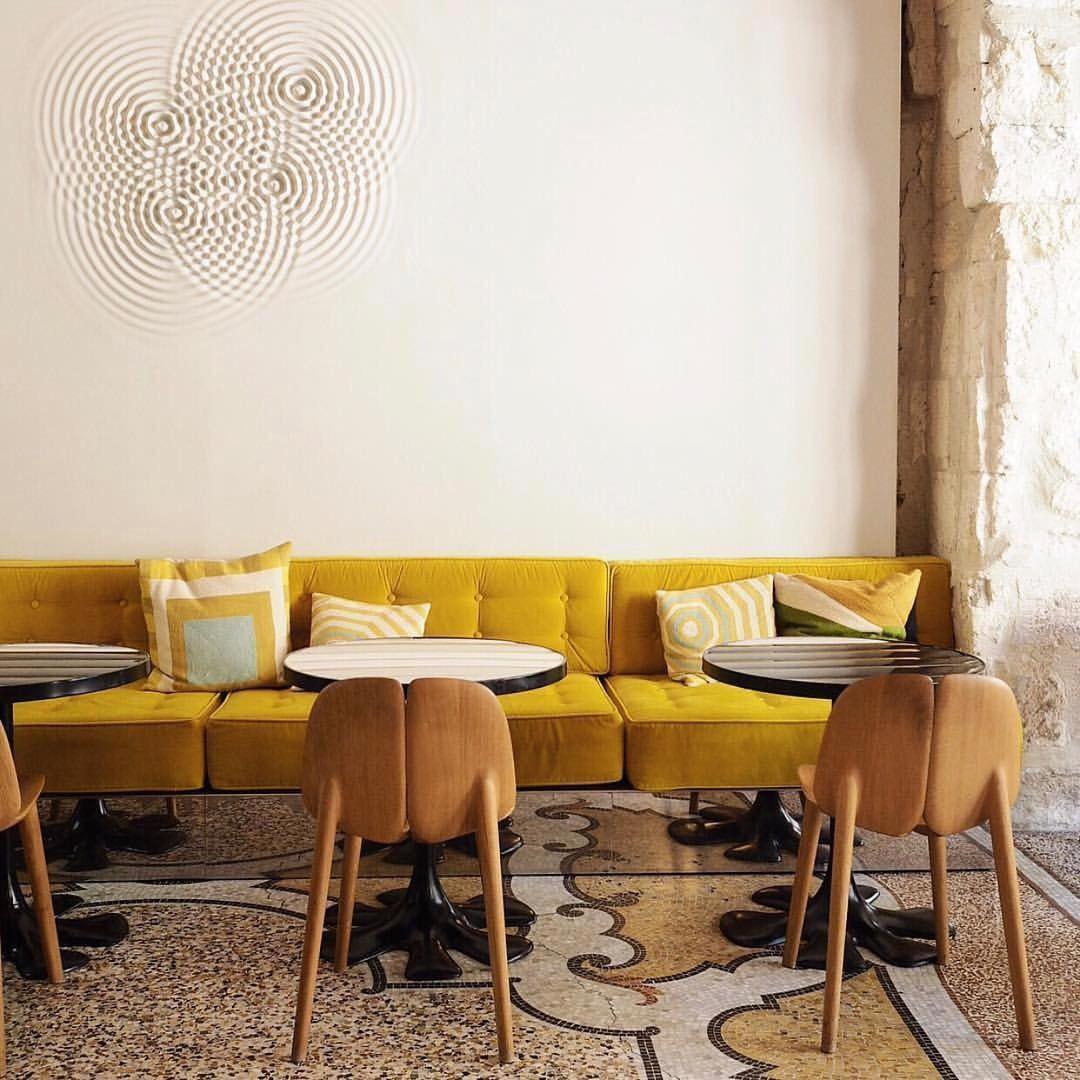 Комната с яркой мебелью