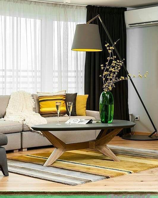 Комната с желтыми акцентами