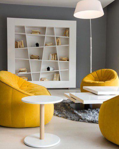 Стильная комната с желтыми креслами