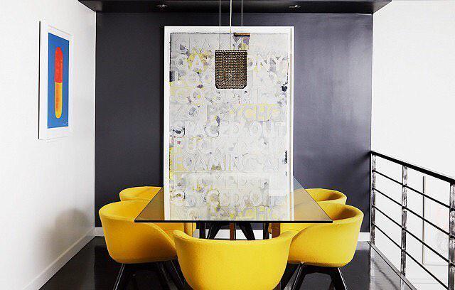 Комната с яркими контрастными стульями