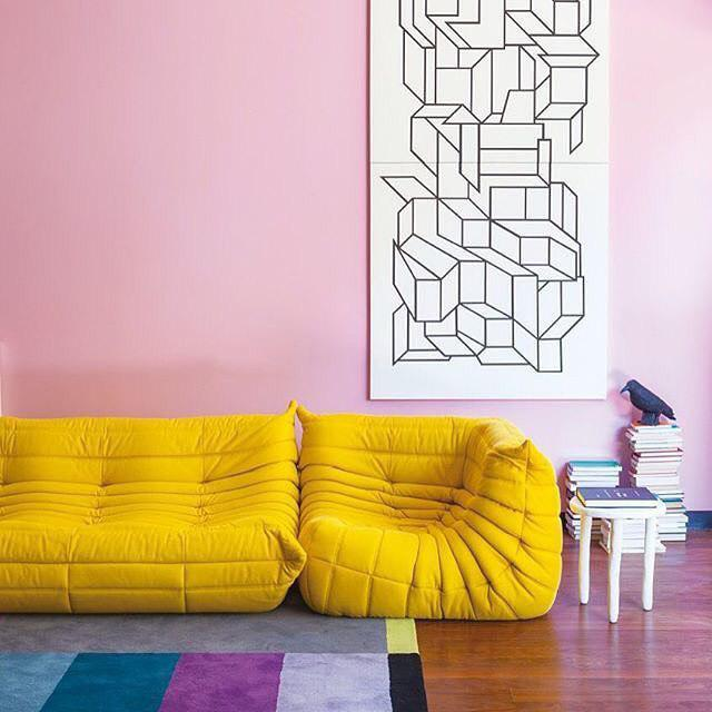 Комната с желтой мебелью