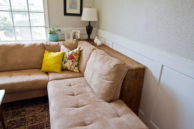 Место за диваном фото