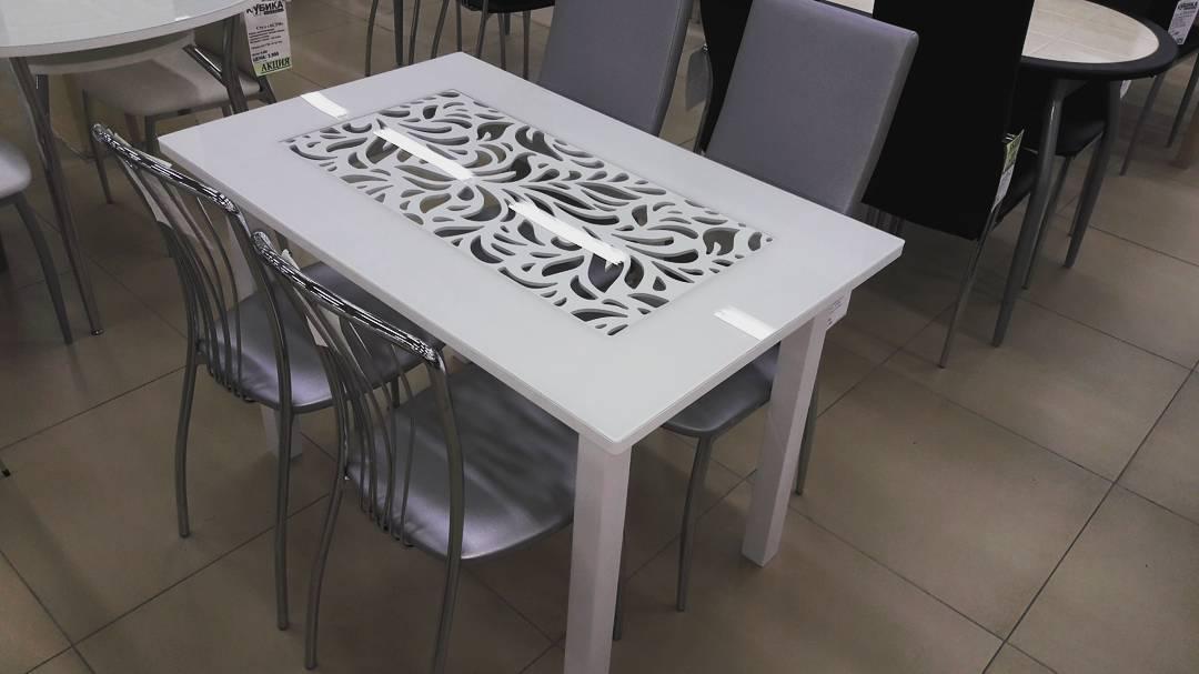 Стол с декоративной вставкой под стеклом