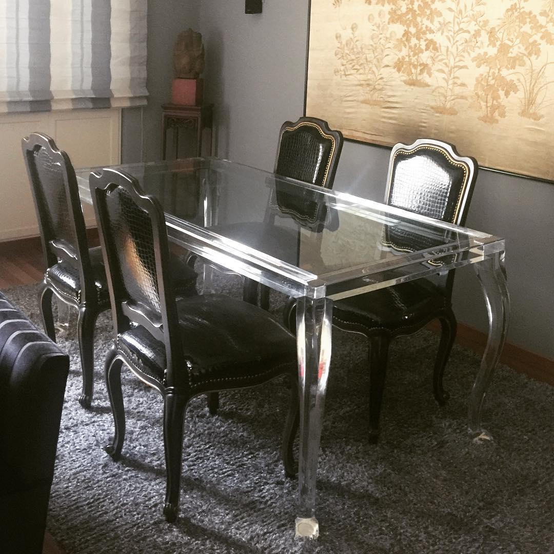 Обеденный стол из плексигласа