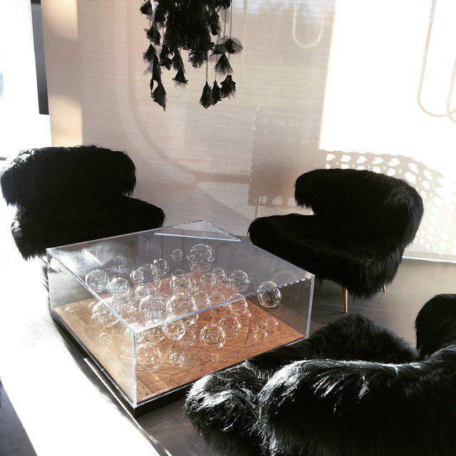 Стол из прозрачного пластика