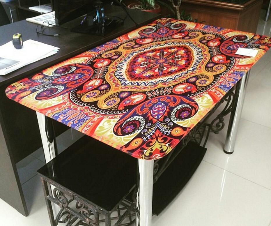 Стол с ярким орнаментом