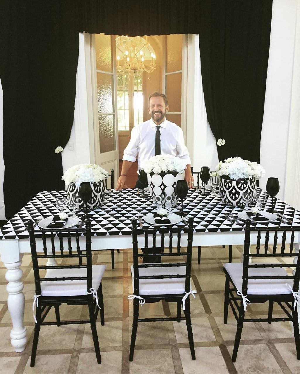 Стол в черно-белой гамме