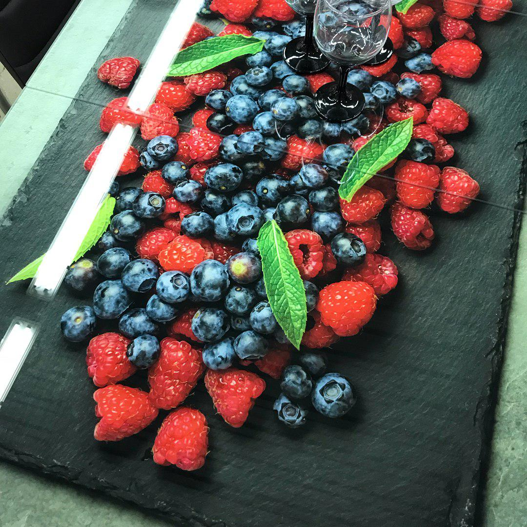 Стол с ягодами