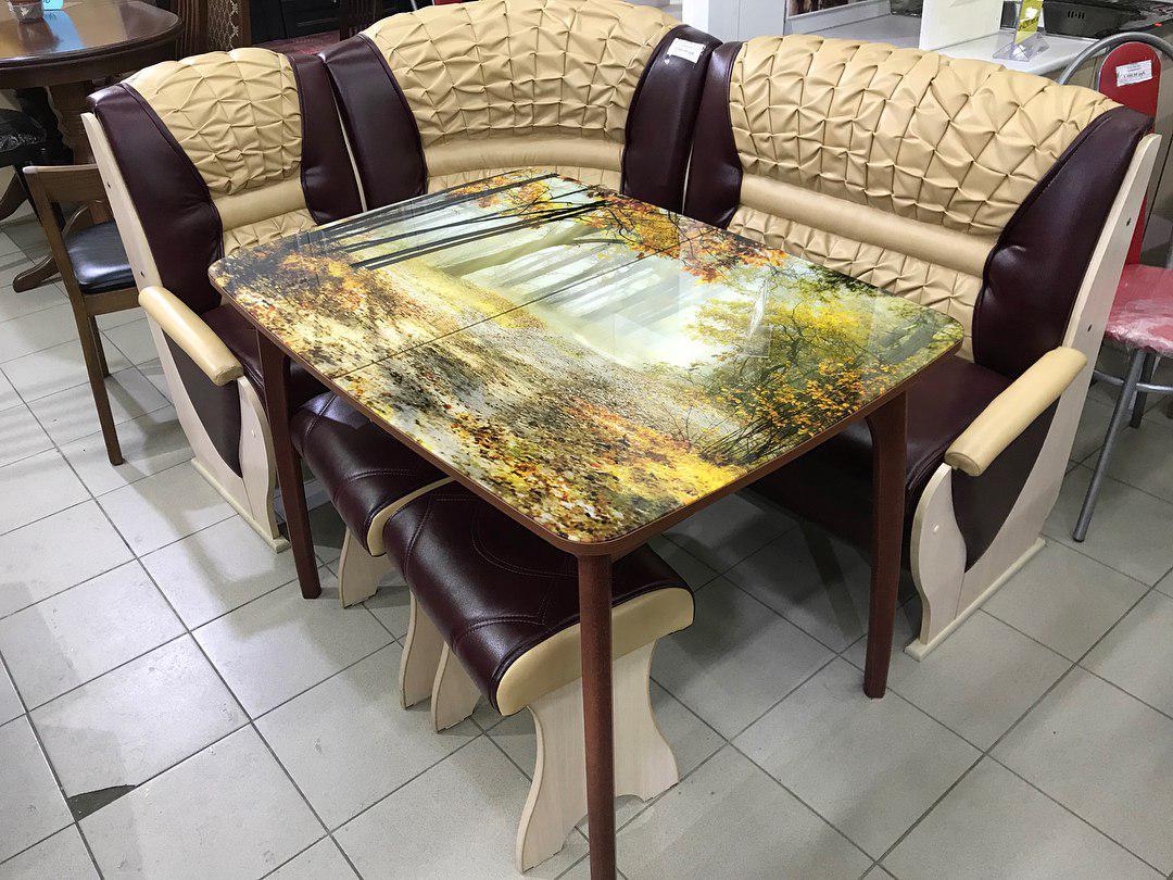 Стол с осенним пейзажем