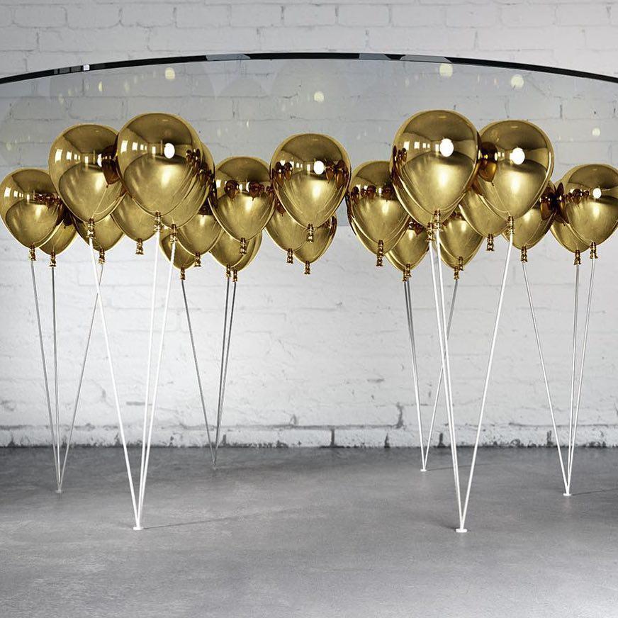 Дизайнерский стол с шариками вместо ножек
