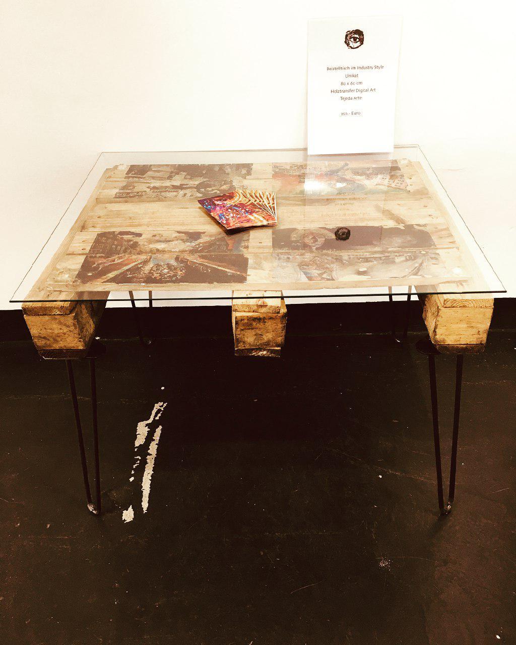 Стол из стекла, дерева и металла