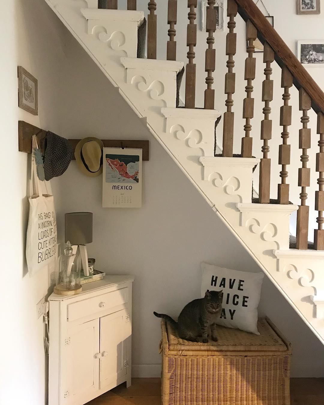 Идея для организации пространства под лестницей: фото