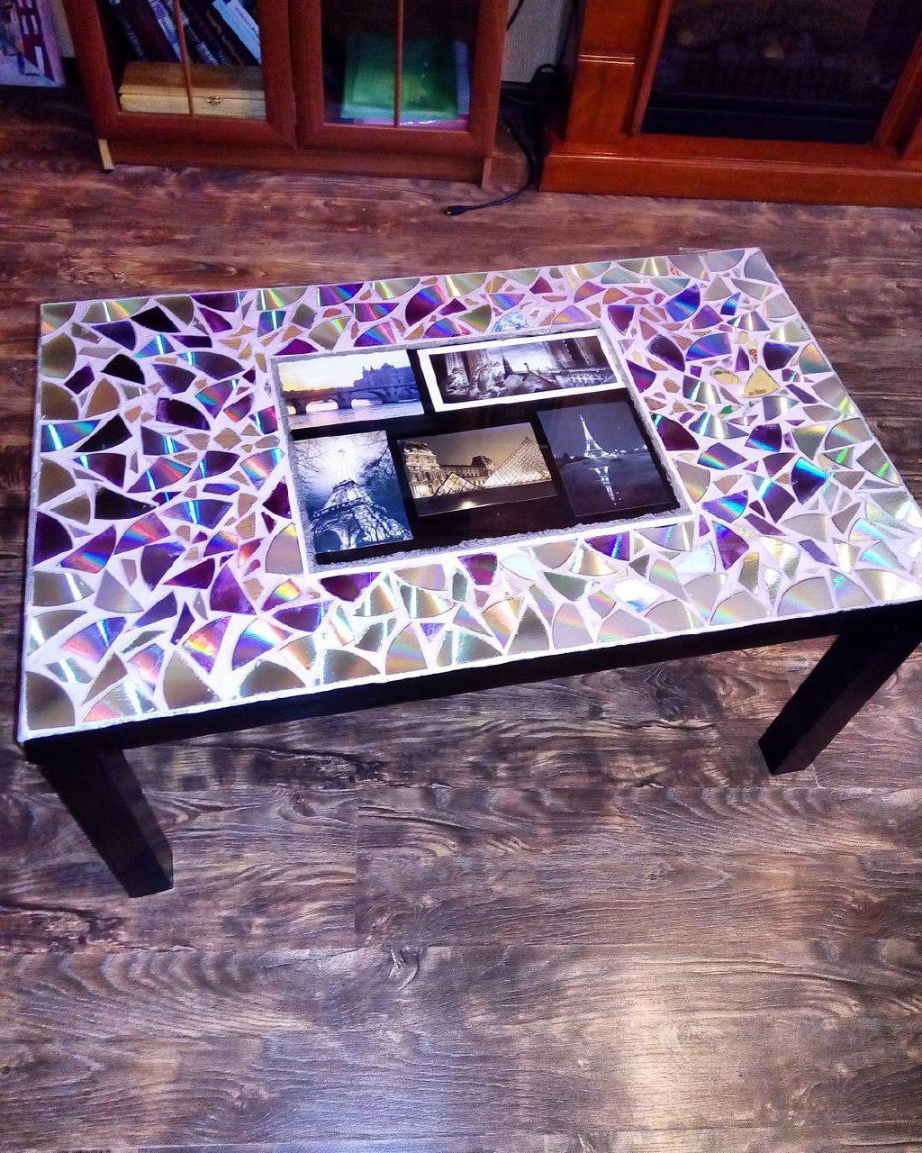 Стол декорирован cd-дисками и открытками из Парижа