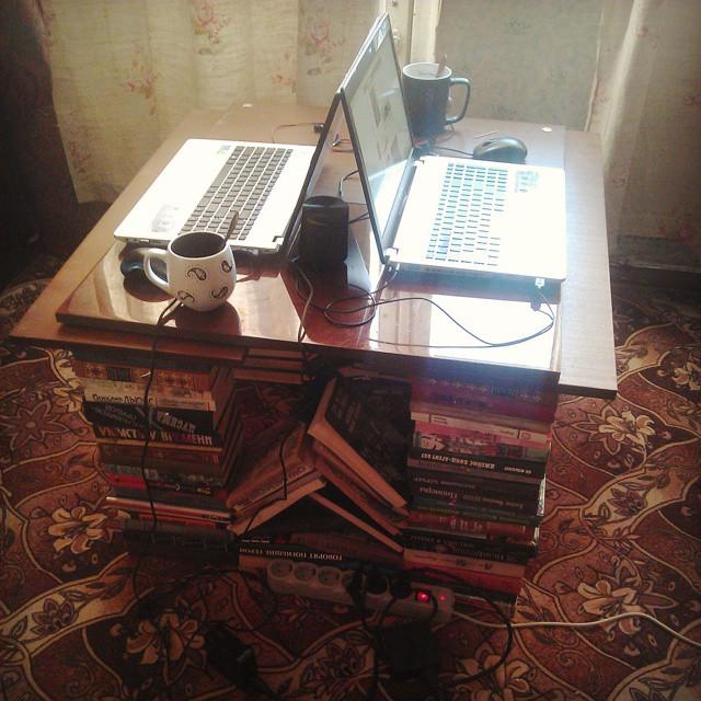 6 рабочих столов, которые можно сделать из столешницы и двух предметов