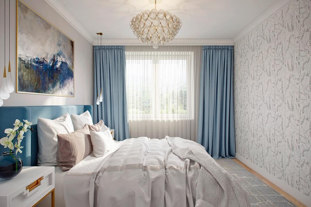 Современные шторы в спальне голубого цвета